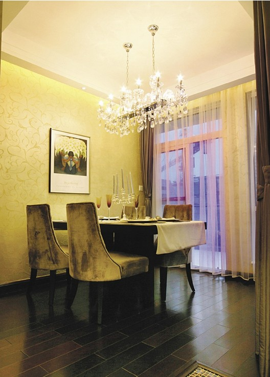 抛开繁复的设计风迎来了以简约设计元素搭配的新欧式设计风,以暖黄为只要基调搭配欧式的软式形成新古典主义风格。运用新欧式元素,配合壁炉,欧式素线,构造一个舒适高贵的居室环境。线条是构造形态的基础,因而在家居中是很重要的设计元素。地中海沿岸对于房屋或家具的线条不是直来直去的,显得比较自然,因而无论是家具还是建筑,都形成一种独特的浑圆造型。墙面的不经意涂抹修整的结果也行成一种特殊的不规则表面。  新欧式风-客厅  新欧式风-餐厅  新欧式风-卧室  新欧式风-餐厅